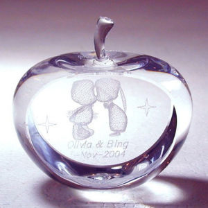 3D Laser Engraving Kissing Crystal Apple for Valentine′s Day Gifts pictures & photos