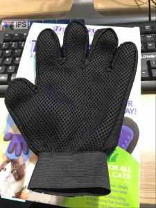 True Touch Five Finger Deshedding Pet Grooming Glove pictures & photos