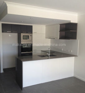 Bespoke Design Plywood/ MDF Kitchen Cabinet with Quartz Stone Desktop pictures & photos