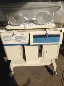 Ce Approved Qualified and Cheap Infant Incubator H-1000 pictures & photos