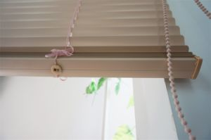 25mm Aluminiumslats Metal Headrail Plastic Wand Tilt, Cord Lift Rolls up Horizontal Aluminum Blinds pictures & photos