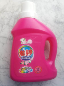 Good Quality Laundry Liquid Detergent for Clothes Clean and Care in Bottle and Use by Washing Machine pictures & photos