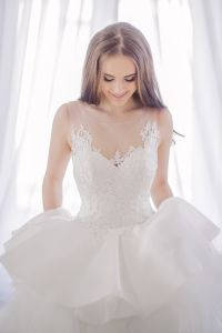 Sheer Lace Bridal Ball Gowns Tiered Tulle Wedding Dress Lb1921 pictures & photos