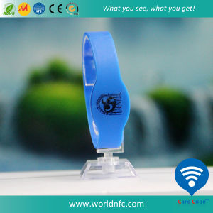 13.56MHz Logo Printed RFID Ntag213 Waterproof Silicone Wristbands pictures & photos