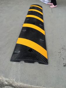 Rubber Speed Hump in 6 Feet (S-1114) pictures & photos