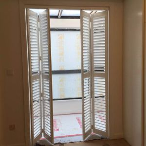 Venetian Style Custom Bifold Plantation Shutter with Track System pictures & photos