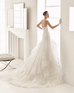 Strapless Asymmetrically Draped Misty Tulle Fit and Flare Gown with Ornate Hand-Beaded Lace Appliqué Sweetheart Neckline Wedding Dress pictures & photos