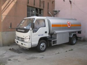 China Manufacture Refueling Tank Truck Mini Refuel Truck pictures & photos