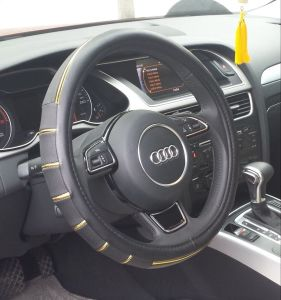 7247 The Production of Wholesale Leather Imitation Leather Steering Wheel Covers pictures & photos