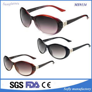 2016 Women Colored Plastic Hot Sale Popular Summer Accessories Sunglasses pictures & photos