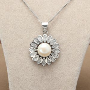 925 Sterling Silver Necklace Exquisite Flower Pattern Natural Freshwater Pearl Pendant Necklace pictures & photos