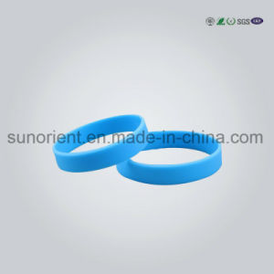 New Design Fashion Debossed Silicone Wristband pictures & photos
