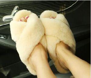 Ladies Indoor Fur Slide Slipper with Cuff pictures & photos
