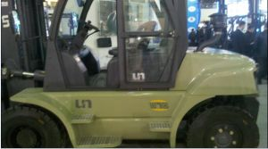 Un 7.0t Diesel Forklift with Original Cummins Engine with Duplex 4.5m Lifting Mast pictures & photos