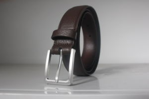 Men′s Feather-Edged Pebble Leather Belt (HD-7020)