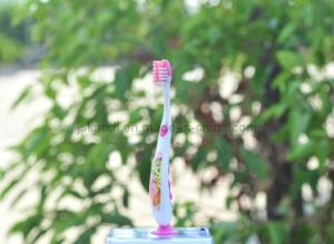 Cartoon Design Tongue Clean as Sucker Kids Toothbrush (6-12years) pictures & photos