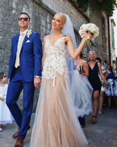 A-Line Tulle V Neck Champagne Double Straps Wedding Dress with Lace pictures & photos