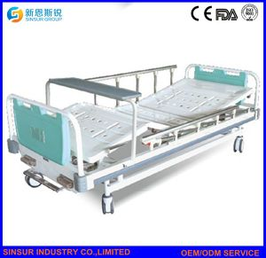 Hospital Furniture Manual Double Shake Central-Controlled Castors Medical/Hospital Bed pictures & photos