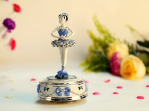 Precious Moments Dancing Angle Porcelain Resin Music Box pictures & photos