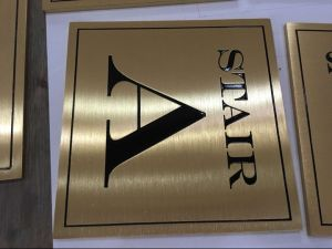 Indoor Custom Gold Plated Brushed Steel Metal Painting Hotel Reception Sign Stand pictures & photos