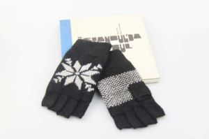 Women Acrylic Half Finger Knitting Gloves Fashion Accessory Snower Pattern Print pictures & photos