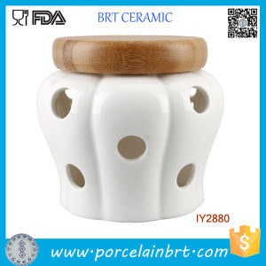 White Garlic Storage Jar Ceramic Candle Jar with Wood Lid pictures & photos