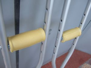 Topmedi Medical Equipment Underarm Axillary Aluminum Crutch Walking Cane pictures & photos