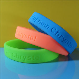 Custom 1/2 Inch Debossed Slicone Wristband pictures & photos