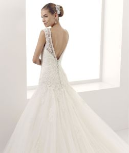 Beautiful Princess V-Neckline Lace Bridal Dress with Buttons pictures & photos