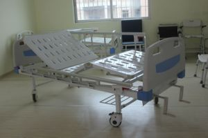 CE Certificate Two Cranks Manual Hospital Bed (SK-MB106) pictures & photos