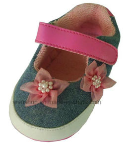 2 Flowers on Upper Baby Shoes 6102 pictures & photos