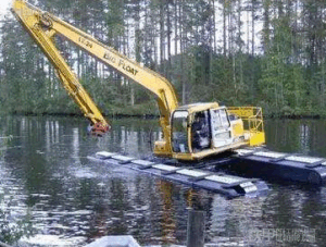 Amphibious Excavator in The Lake pictures & photos