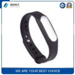 Wear a Bluetooth Pedal Heart Rate Health Monitor Sport Smart Bracelet on Behalf of The Processing Plant pictures & photos