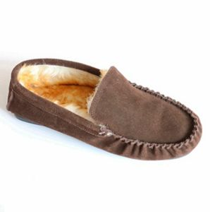 Man′s Moccasin Shoes with Toe Cap Line Code pictures & photos