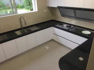 Home Design White UV Paint Kitchen Cabinets with Black Countertop pictures & photos