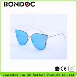 Hot Selling Fashion Sunglasses with PC Lens pictures & photos