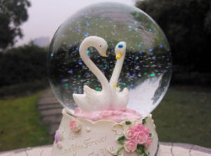 Polyresin Craft Swan Home Decor Craft Snow Globe Water Globe pictures & photos