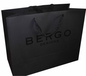 Luxury Art Paper Carrier Bags with UV Screen Printing pictures & photos