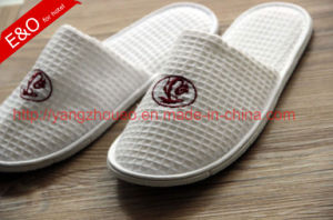 Hotel Amenities Hotel Supply Embroidered Waffle Ladies Slippers pictures & photos