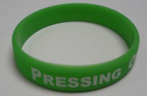 2016 Fashion Bracelet Debossed or Embossed Silicone Wrist Bands pictures & photos