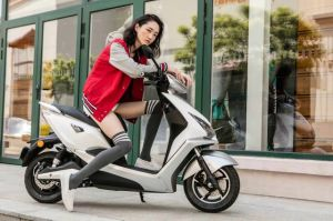Patent Design Powerful Electric Scooter with 1200W Bosch Motor pictures & photos