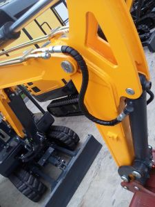 1.8 Tonne Tracked Crawler Mini Digger Excavator with Ce pictures & photos