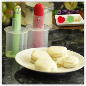 Bakeware Cake Tools Plastic Heart-Shape Sandwich Cutter 11.4*5.6*12cm pictures & photos
