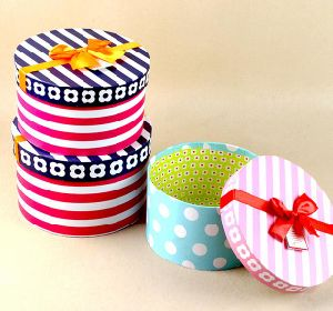 Elegant Stripe / DOT Printed Round Hat Box with Ribbon pictures & photos