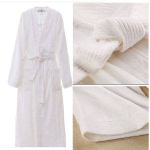 Hot Sale Coral Fleece Hotel Bathrobe (DPFT8070) pictures & photos