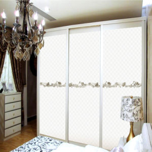 2015 Popular White Wood Wardrobes with Sliding Door and Flower Pattern Adornment pictures & photos