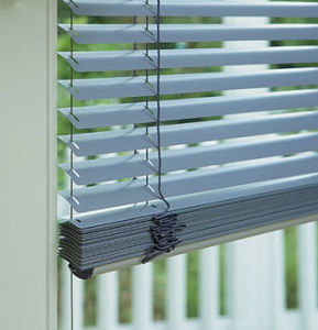 Automatic Wireless Remote Motorized Venetian Blind pictures & photos