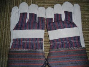 Cow Split Leather Full Palm Stripe Cotton Back Rubberized Cuff Leather Glove Dlc215 pictures & photos