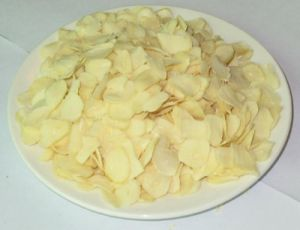 New Crop Good Quality Export Dehydrated Garlic Flakes pictures & photos