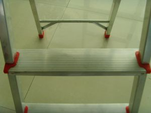 Aluminum Step Ladder with Top Tool Tray pictures & photos